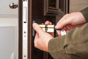 Замена личинки дверного замка